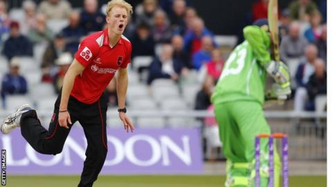 Zak Chappell bowling for Leicestershire