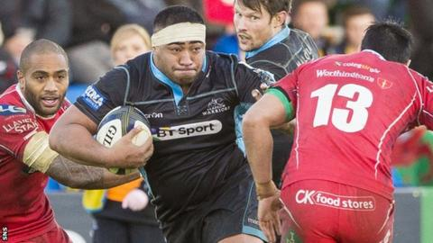 Sila Puafisi (centre) in action for Glasgow Warriors