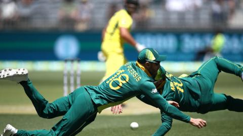 Faf du Plessis and David Miller of South Africa combine to field the ball against Australia