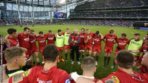 Scarlets in huddle
