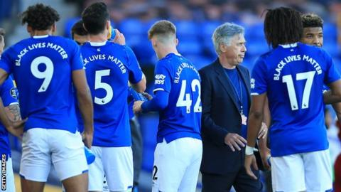 Carlo Ancelotti with Everton players