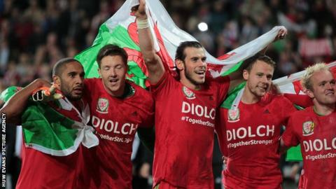 Wales players celebrate Euro 2016 qualification