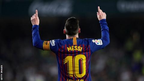 Lionel Messi points to the sky