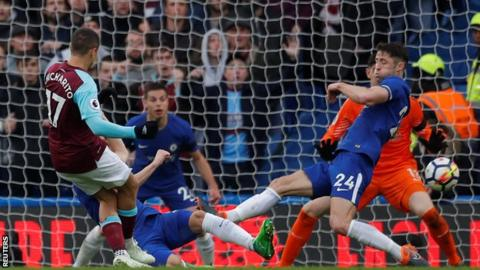 Javier Hernandez equalises for West Ham at Chelsea