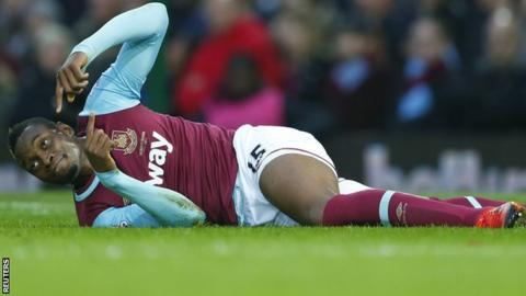 West Ham striker Diafra Sakho signals he needs to go off injured against West Brom