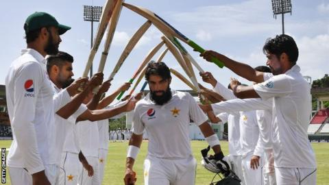 Misbah-ul-Haq is given a guard of honour by his Pakistan team-mates