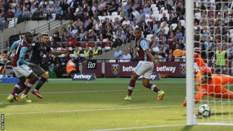 Charlie Austin scores for Southampton