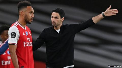 Mikel Arteta talks with Arsenal striker Pierre Emerick-Aubameyang
