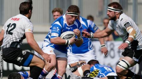 Phil Price takes on the Zebre defence