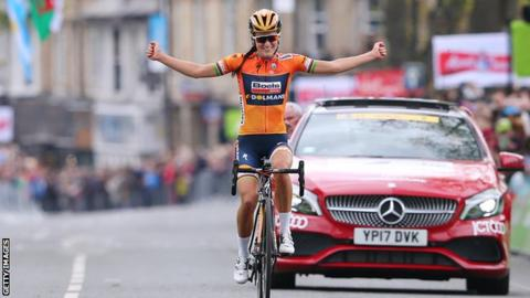 Britain's Lizzie Deignan celebrates winning the 2017 women's Tour de Yorkshire