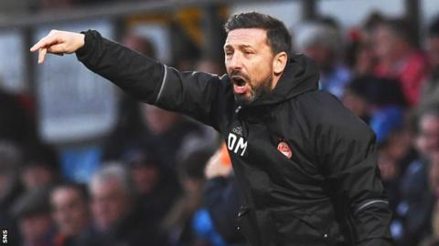 Derek McInnes makes a point to his players during Aberdeen's 2-1 defeat at Ross County