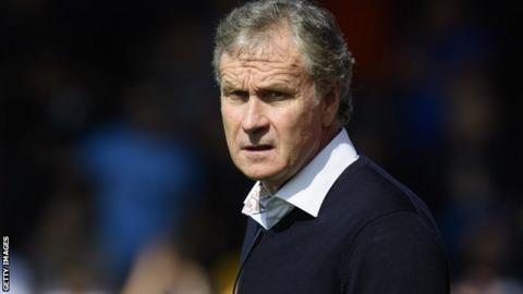 Southend boss Kevin Bond on the sidelines