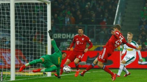 Thomas Muller scores against Borussia Moenchengladbach