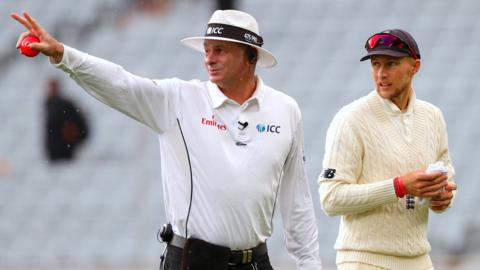 Umpire Paul Reiffel and England captain Joe Root