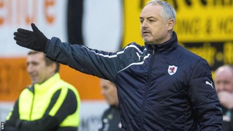 Ray McKinnon makes a point to his Raith players against Hibs