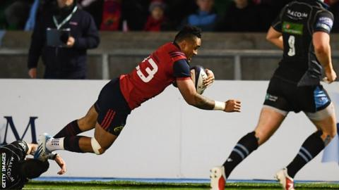 Frances Saili dives over to score the match-winning try for Munster