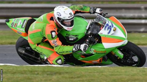 Carl Phillips rode a Supersport bike for Gearlink Kawasaki at the 2016 Sunflower Trophy meeting