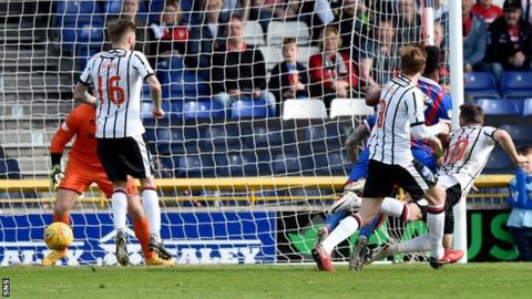 Nicky Clark scores