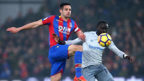 Crystal Palace's Scott Dann and Everton's Oumar Niasse compete for the ball.