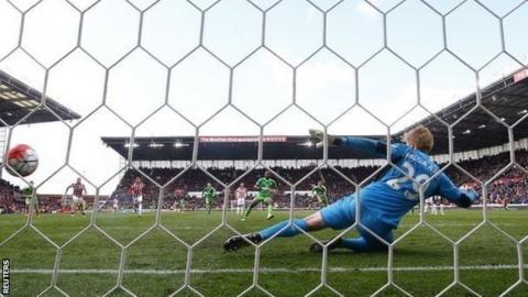 Jermain Defoe scores Sunderland's equaliser from the spot