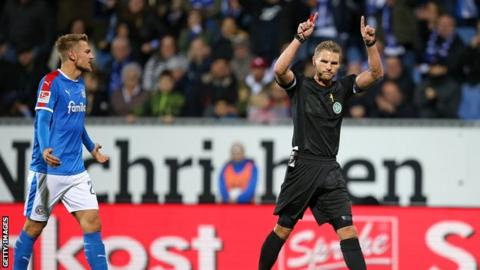 The referee awarding a penalty to Bochum after a VAR check