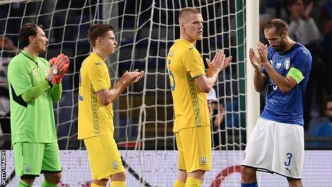 Italy and Ukraine players applauding