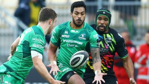 Tom Farrell aims to find his Connacht centre partner Pita Ahki with a pass