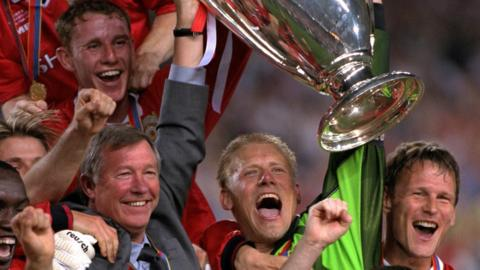 Sir Alex Ferguson and Manchester United team after Champions League final win in 1999