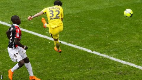Alves' late strike sends PSG 17 points clear in Ligue 1