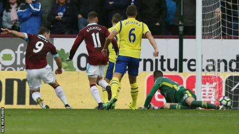 Sam Vokes scores for Burnley against Everton