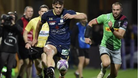 Damian Penaud runs in Clermont's second try against Harlequins
