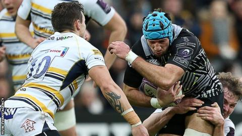 Ted Hill tackles Justin Tipuric as Worcester captain Ryan Mills moves in