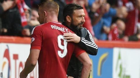 Aberdeen boss Derek McInnes congratulates Adam Rooney