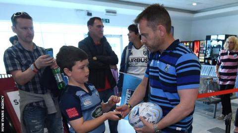 Danny Wilson signs an autograph for a young fan