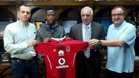 Phakamani Mahlambi (2nd left) with officials from Egyptian club Al Ahly
