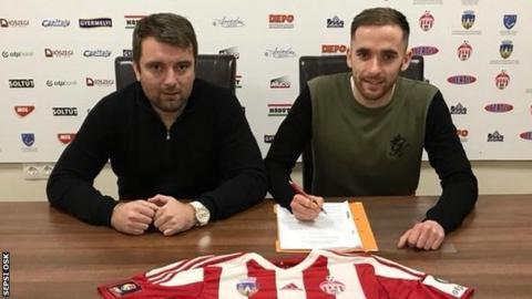 Nick Ross (right) signs for Sepsi