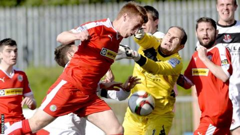 Cliftonville winger Stephen Garrett has his header saved by Crusaders keeper Sean O'Neill