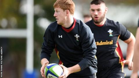 Rhys Patchell in training with Wales