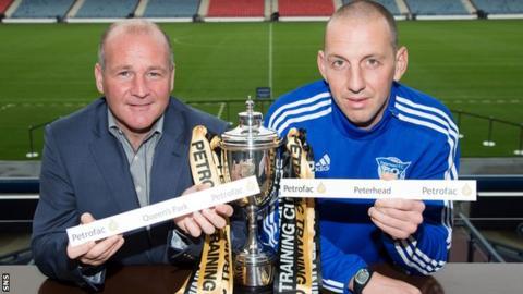 Queen's Park manager Gus MacPherson and Peterhead goalkeeper Graeme Smith