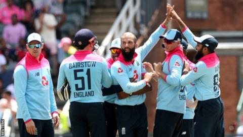 England celebrate the wicket of South Africa's Rassie van der Dussen, taken by Moeen Ali (centre), during the third ODI