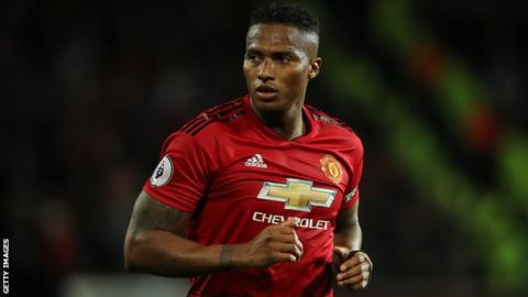 Man Utd forward taken off against Southampton with knee injury