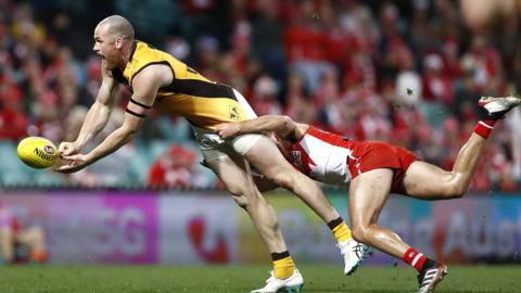 SYDNEY, AUSTRALIA - JUNE 21: Jarryd Roughead of the Hawks handballs during the round 14 AFL match between the Sydney Swans and the Hawthorn Hawks at the Sydney Cricket Ground on June 21, 2019 in Sydney, Australia. (Photo by Ryan Pierse/Getty Images)