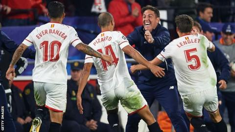 Sevilla players and Eduardo Berizzo