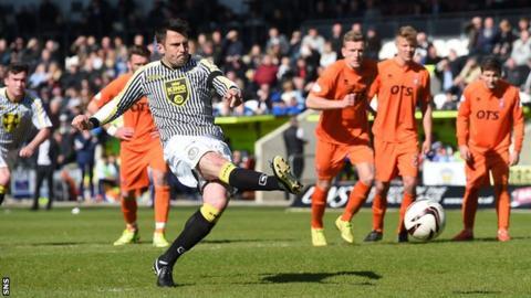 Steven Thompson scores a penalty in St Mirren's 4-1 win over Kilmarnock in 2015