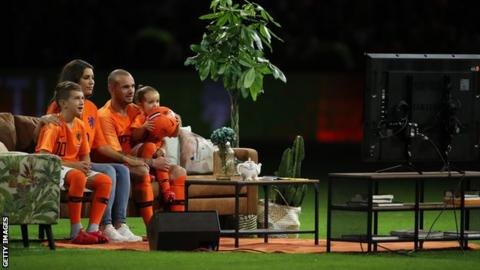 Wesley Sneijder watches messages on television with his family
