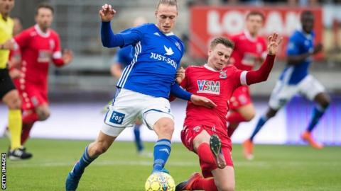 Lyngby's Jesper Christjansen (L) and Bangor City FC's Steven Hewitt vie for the ball