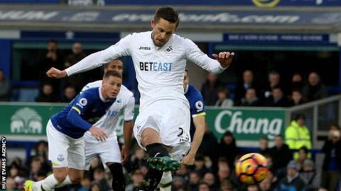 Gylfi Sigurdsson scores a penalty against Everton last season