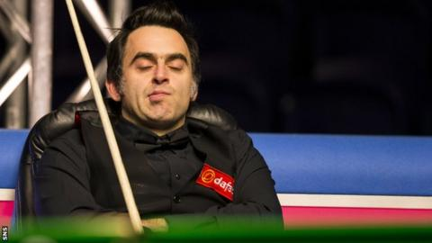Ronnie O'Sullivan takes a nap in between frames against Li Hang