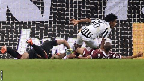 Juan Cuadrado scores Juventus' winning goal at Torino