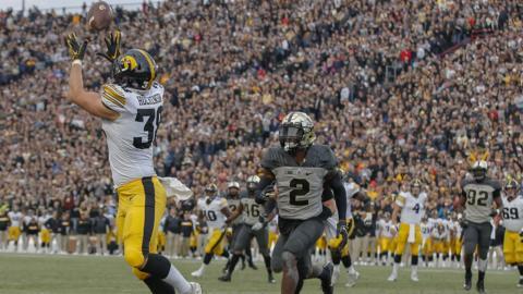 Iowa Hawkeyes TJ Hockenson catches a touchdown pass